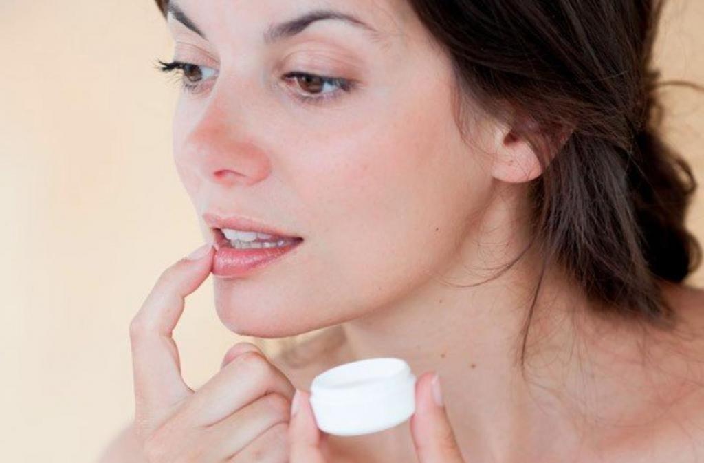 Как выбрать крем для ухода за кожей губ: советы косметологов