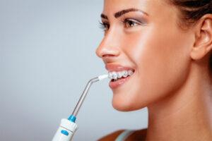 Использование ирригатора для ухода за полостью рта