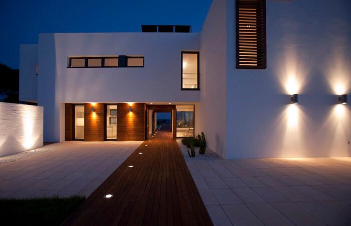 Двусторонние фасадные светильники: главные плюсы и минусы