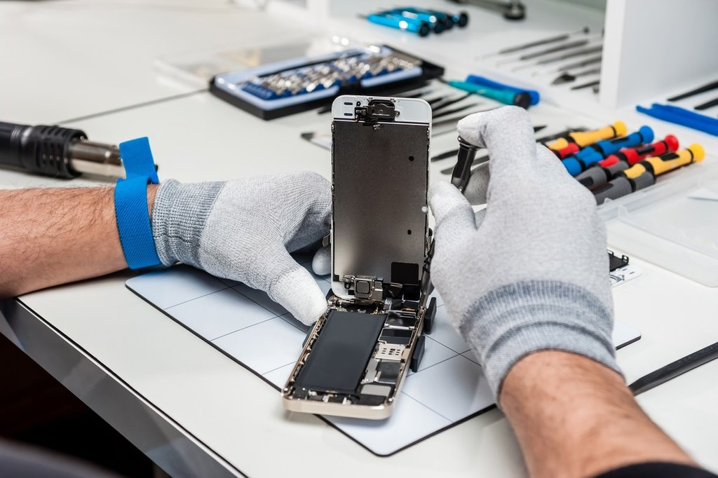 Кому доверить ремонт Айфона?